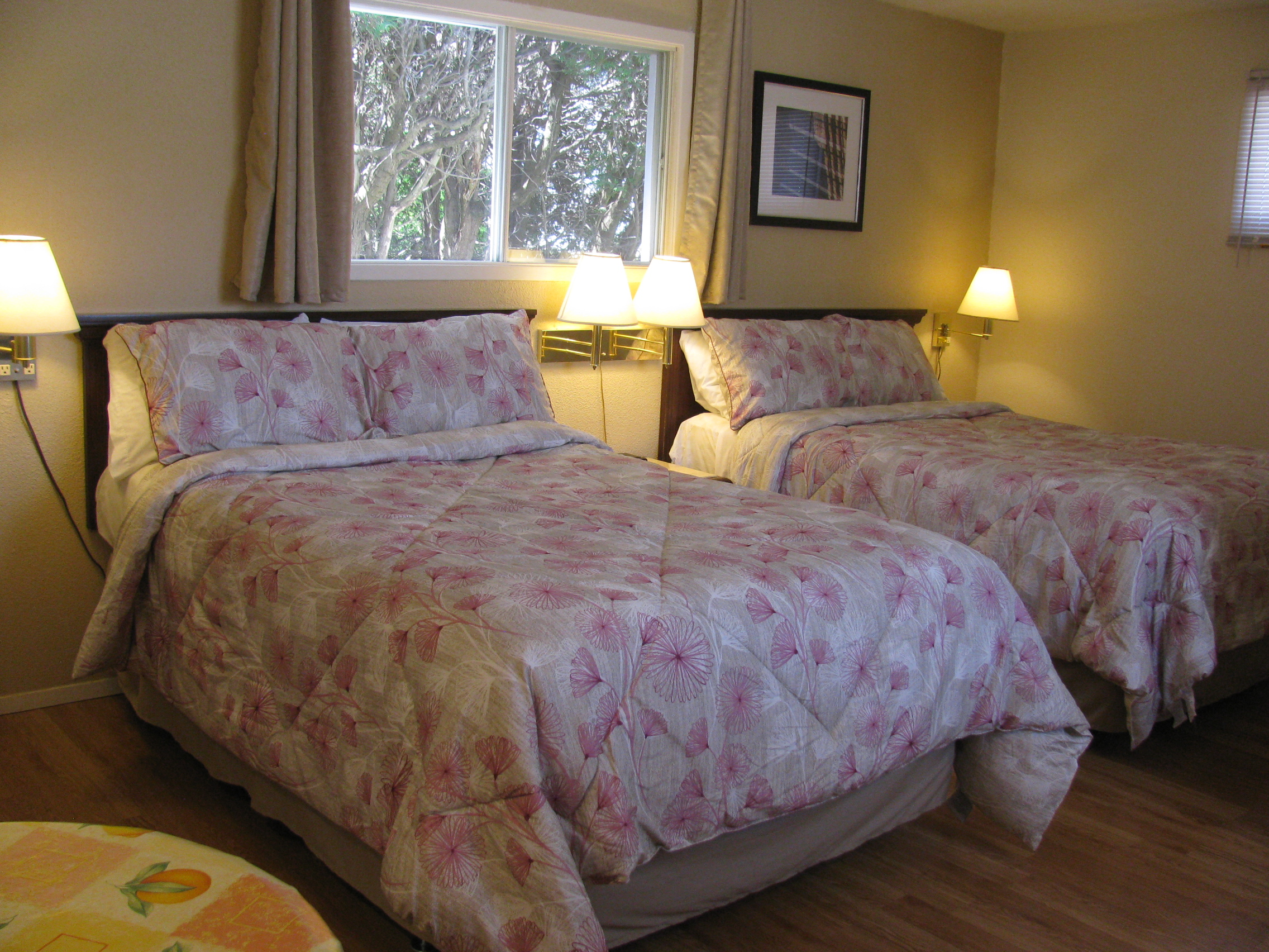 family room of motel de l'Outlet with 2 double beds